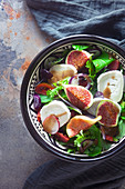 Blattsalat mit Feigen und Ziegenkäse