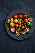 Tomatensalat mit Oliven und Basilikum
