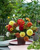 Gelb-roter Strauß aus Dahlien und Sonnenbraut