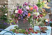 Bunter Herbststrauß aus Rosen, Astern, Fetthenne, Schneebeeren, Dahlie und Pfaffenhütchen, Zweige mit Hagebutten und Zieräpfeln