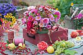 Herbststrauß aus Astern, Rosen und Hagebutten, Ranke vom wilden Wein