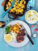 Frikadellen mit Ofenkartoffeln und Tzatziki
