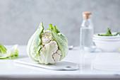 Ein frischer Blumenkohl auf Küchenbrett