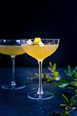 Cocktail 'Corpse Reviver' mit Zitronenschale