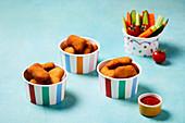 Hähnchennuggets mit Ketchup und Gemüsesticks