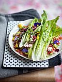 Persischer Salat (Romanasalat mit Gemüse und Essblüten)