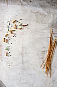 Vollkornfusilli und Vollkornspaghetti auf grauem Untergrund