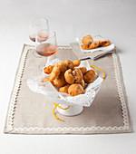 Scarpelle con l'acciuga (Frittierte Teigbällchen mit Anchovis, Italien)