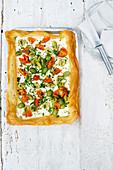 Einfache Blätterteigtarte mit Ziegenquark, Oliven und Tomaten