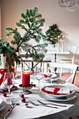 Weihnachtstisch in Rot und Weiss mit Tannenzweigen