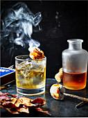 Campfire Cocktail mit Marshmallows und Bourbon