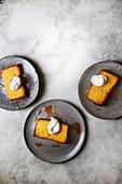 Drei Stücke Blutorangen-Polenta-Kuchen