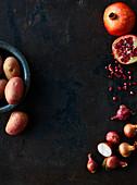Schalotten, Granatapfelkerne und rote Kartoffeln