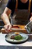 Bavette Steak mit Grünkohlcreme und Algen zubereiten