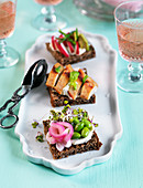 Sandwiches with quorn, beans, sprouts and red onion