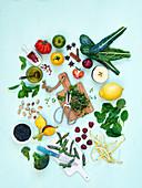 Gesunde Lebensmittel auf hellblauem Untergrund