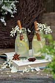 Zitronenlimonade mit Zimstangen und Holunderblüten