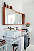 Holzrahmenspiegel mit Ablagefläche über Waschtisch aus Stahlplatten und Kupferrohrgestell