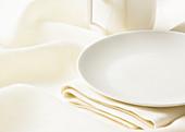 Geschirr auf weißem Tischtuch