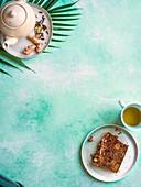 Teff-Bananen-Aprikosen-Teebrot mit Haselnuss-Streusel-Topping