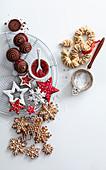 Stilleben mit verschiedenen Weihnachtsplätzchen