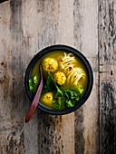 Kurkuma-Brühe mit Ingwer-Hähnchen-Dumplings (Asien)