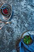 Granatapfelkerne und Basilikum