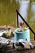 Picknick auf Holzsteg am See