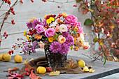 Strauß aus Rosen, Chrysanthemen, Hagebutten und Zieräpfeln