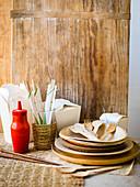 Take Out Behälter, Esstäbchen, Ketchupflasche, Holzteller und Besteck