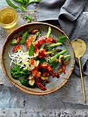 Garnelenpfanne mit Spargel und Broccolini
