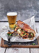 Sandwich mit Rindfleisch, Paprika, Käse und Zwiebeln