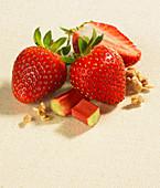 Frische Erdbeeren, Rhabarberstückchen und Streusel