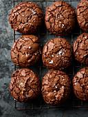 Brownie-Cookies auf Abkühlgitter