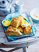 Feta-Mais-Ecken serviert mit Butter