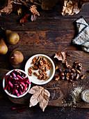 Stilleben mit Rhabarber, Birnen, Pecannüssen und Herbstblättern
