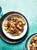 Orechiette mit Zwiebeln, Oliven und Anchovis