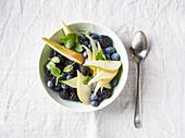 Blauer Beerenteller mit Birnenspalten