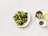 Caesar Salad mit roten Bohnen und gerösteten Cashewkernen