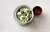 Gurken-Wakame-Salat mit Kürbiskernen