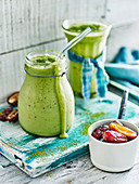 Matcha-Avocado-Smoothie mit Datteln