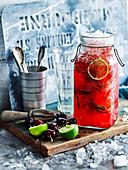 Agua Fresca mit Kirschen, Limetten und Crushed Ice
