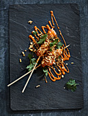 Garnelenspieße mit Erdnüssen, Röstzwiebeln und Chili-Mayo
