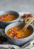 Kürbis-Kastanien-Suppe mit Granatapfelkernen