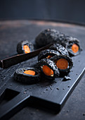 Schwarzes Sesambaguette mit eingebackener Karotte