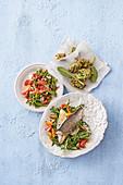 Dorade auf Rucolasalat, Löwenzahn-Obst-Salat & Borretschfrikadellen mit Anchovis
