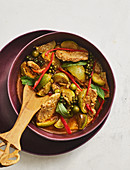 Thailändisches Schweinefleisch mit Curry-Aubergine und grünem Pfeffer