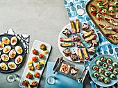Fingerfood - gefüllte Eier, Fischkuchen, Verrines, Hühnerfleischbällchen und Tartines