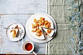 Weihnachtlicher Käsekuchen mit Apfel-Topping