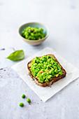 Crostini with basil and pea puree (vegan)